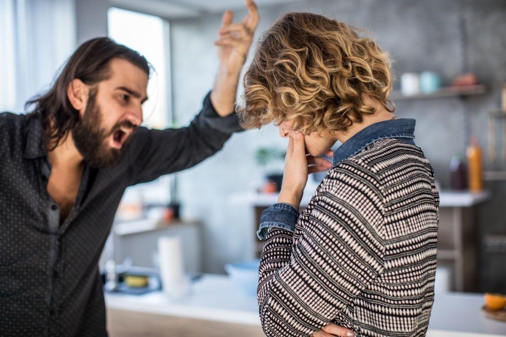 Como lidar com marido dependente químico agressivo